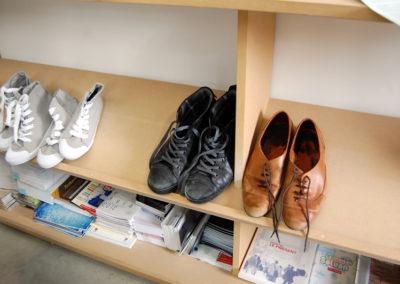 Collectif Ding. Chaussures déposées par les visiteurs pour pratiquer «Adhésive flore».