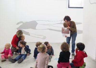 Visite de l'école maternelle de l'exposition « Étant donné un mur ».