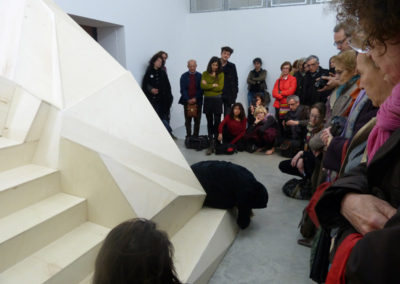 Performance par Laurence Leyrolles dans l'exposition «Fata Morgana» de Florence Carbonne.