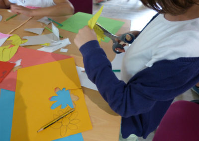 Atelier de fabrication d'objets pour les détournements artistiques imaginés par les enfants.