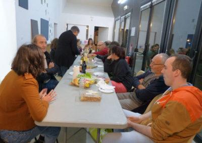 Repas partagé avec les artistes en résidence.