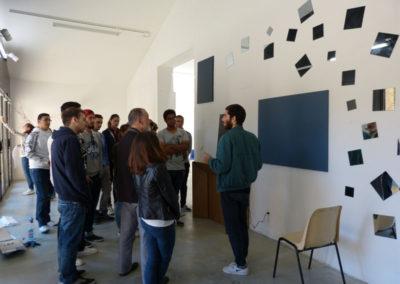 Rencontre entre Pierre Akrich et les étudiants de l'école ÉCRAN pendant le montage de l'exposition.