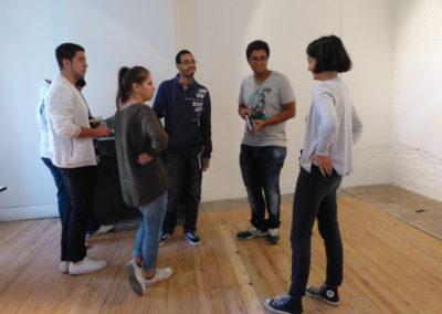 Rencontre entre Katia Raynal et les étudiants de l'école ÉCRAN pendant le montage de l'exposition.