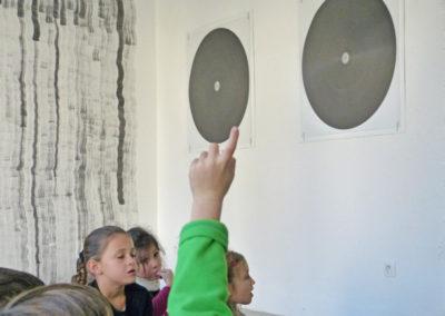 Classe de CP en visite-atelier de l'exposition.