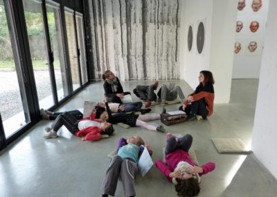 Visite à l'aide du Petit Art-Penteur du groupe d'enfants de l'ALAE de l'école élémentaire. Rencontres d'artistes dans le cadre des parcours en bus de Graphéine. Art et couleur en visite-atelier.