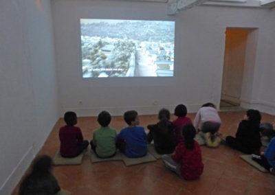 Classe en visite à l'exposition de Yeondoo Jung.