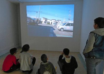 Les collégiens en visite à l'exposition de Yeondoo Jung.