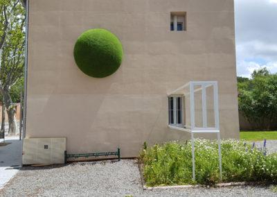 Installation «Extension première de la maison Second» dans l'espace public labégeois par Carl Hurtin.