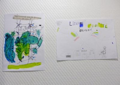 Réalisation de dessins par les jeunes en atelier.