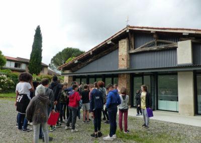 Visite de l'exposition «Destinée Cherche Propriétaire» par des collégiens.