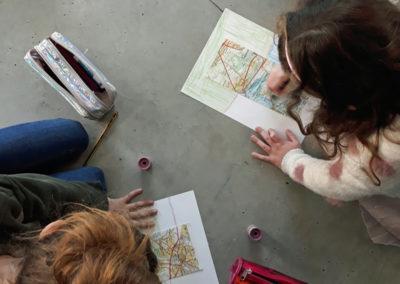 """Atelier pour les classes autour de l'exposition """"Evergreen plaza""""."""