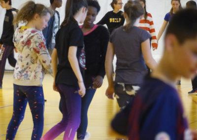 """Chorégraphie de gestes par les élèves de la classe de 5ème du collège Sainte-Famille. Projet """"Laps d'espace"""", classe à PAC, 2019."""