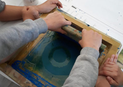 """Projet """"Ce qui nous touche"""", séance autour de l'exposition d'Eva Nielsen et de l'atelier sérigraphie, 2019."""